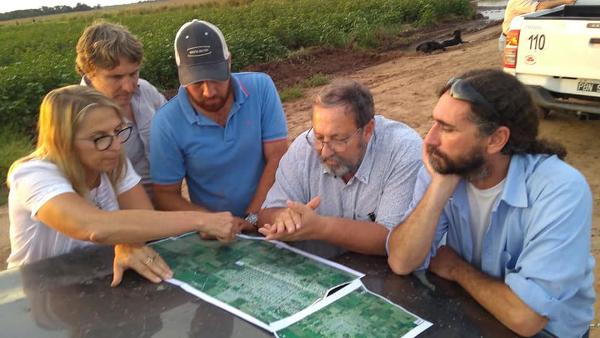 Técnicos de APA y la intendente de Charata analizando obras hídricas