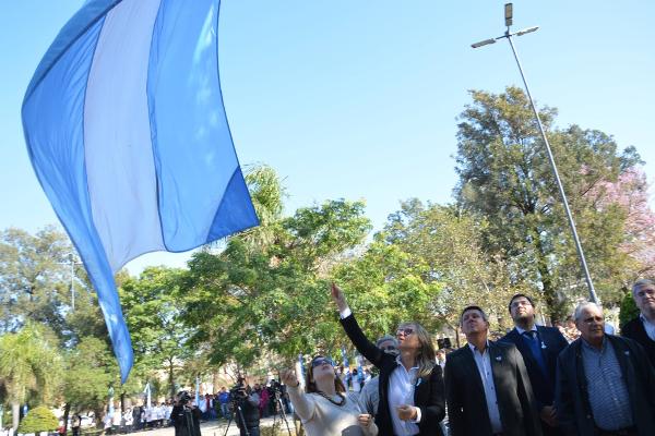 Funcionarios municipales de Charata izan la Bandera Argentina en el acto por el 17 de Agosto de 2018