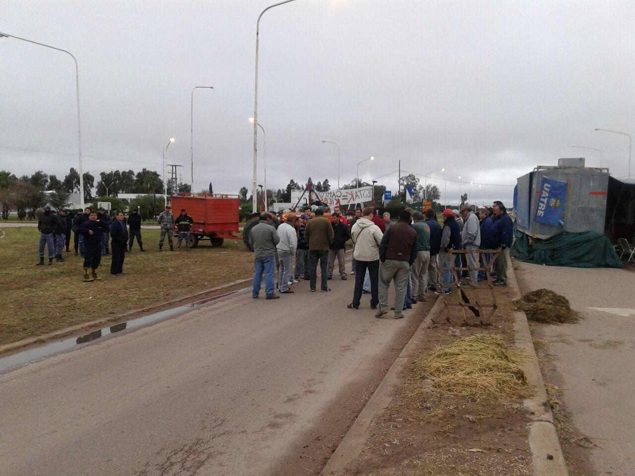 Productores cortan totalmente la Ruta 89 en Las Breñas, Chaco, repudiando la violencia polcial con los tanineros de Puerto Tirol.