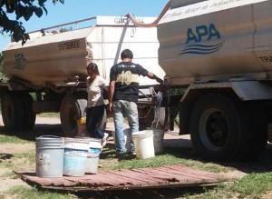 Camiones de APA reparten agua en localidades del Sudoeste del ChaCO