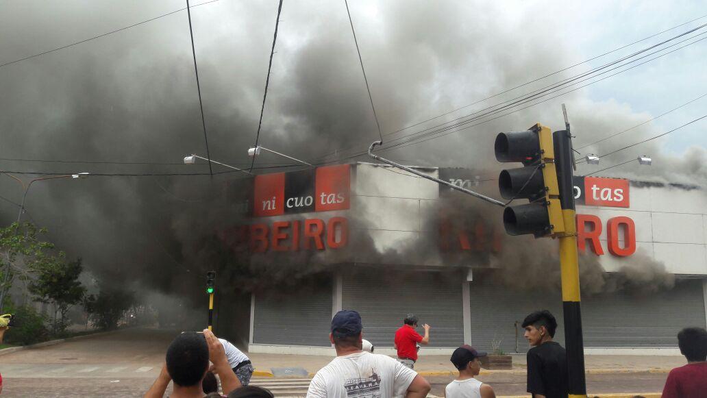 Incendio del local de Minicuotas Ribeiro en la ciudad de Charata