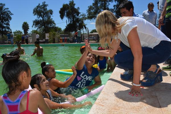 Maria Luisa Chomiak en la inauguración del natatorio municipal de Charata