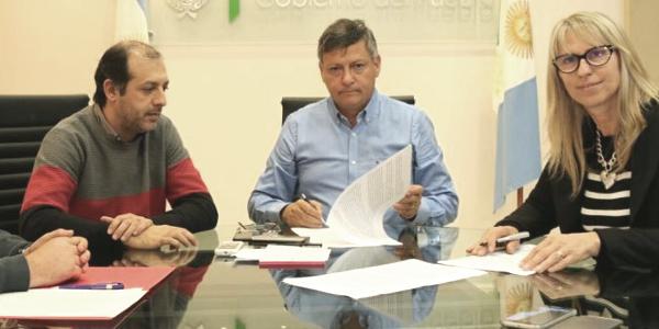 Peppo y Chomiak firmaron convenio para crédito que permitirá compra de maquinaras en Charata.