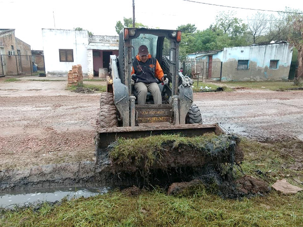 El municipio de Charata sigue limpiando desagües en varios sectores de la ciudad