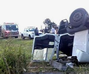 Choque de camion con durmientes y un auto Gol de Charata