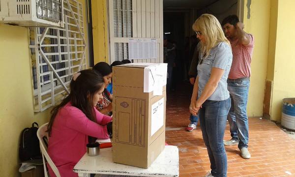 María Luisa Chomiak a punto de emitir su voto en la Escuela José Thames